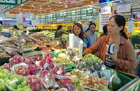 Hang nghin mat hang giam gia khung hinh anh 1 Hàng ngàn nhu yếu phẩm giảm giá 50% tại siêu thị Co.opmart. Trong ảnh: Khách đang chọn mua hàng.