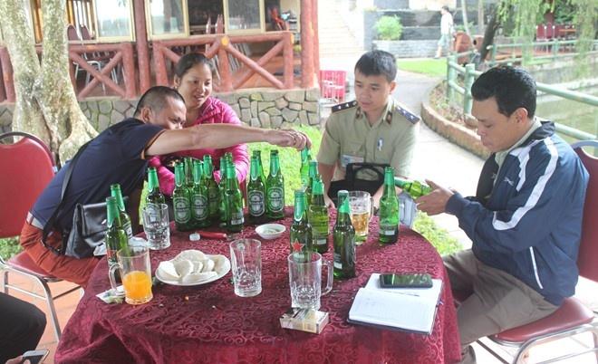 Gia Lai: Nha hang ban bia het han cho khach hinh anh