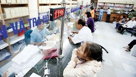 Chi tra luong huu, tro cap: Nhieu bat cap hinh anh 1 Người nghỉ hưu làm thủ tục hưởng bảo hiểm tại Hà Nội.