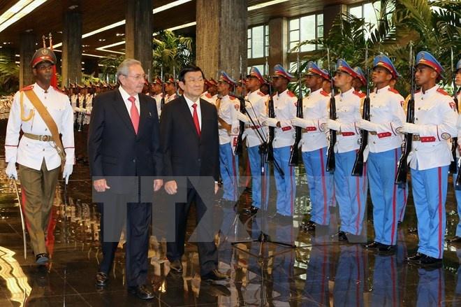 Chủ tịch Hội đồng Nhà nước Cuba Raul Castro và Chủ tịch nước Trương Tấn Sang duyệt đội danh dự. (Ảnh: Nguyễn Khang/TTXVN).