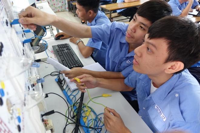Nang suat lao dong VN: Nua the ky nua moi bat kip Thai Lan hinh anh 1 Theo Bộ Kế hoạch - đầu tư, cả nước có 9,6 triệu lao động được đào tạo trong tổng số 52,7 triệu lao động có việc làm năm 2014. Trong ảnh: giờ thực hành của sinh viên khoa điện - điện tử hệ cao đẳng nghề Trường CĐ kỹ thuật Cao Thắng.