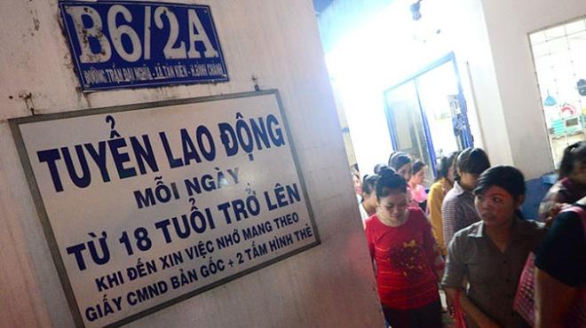 Nang suat lao dong VN: Nua the ky nua moi bat kip Thai Lan hinh anh 2 Một công ty da giày trên đường Trần Đại Nghĩa, huyện Bình Chánh (TP.HCM) thông báo tuyển dụng lao động ngày 8-10.