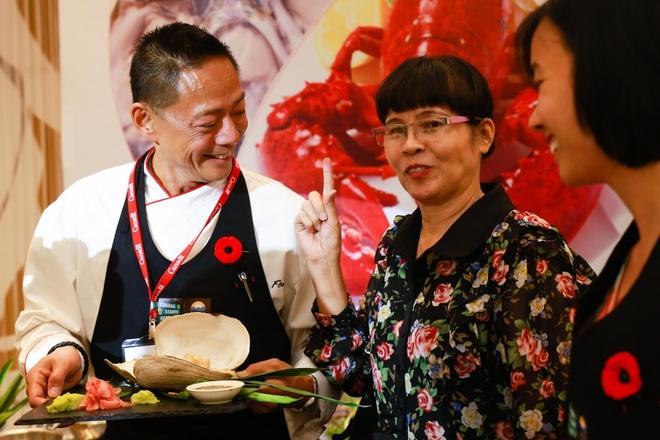 'Hang hoa Viet sang Canada se tang nhanh sau TPP' hinh anh 2 Bộ trưởng thương mại quốc tế British Columbia và đầu bếp Nathan Fong trong buổi khai trương