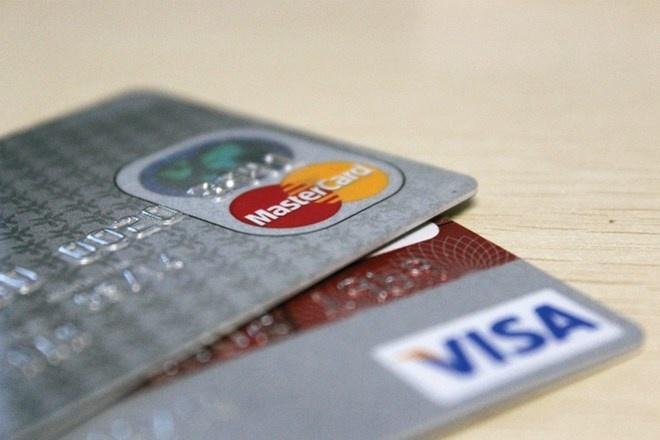 Khách hàng gánh nhiều phụ phí khi giao dịch qua thẻ và tại quầy.