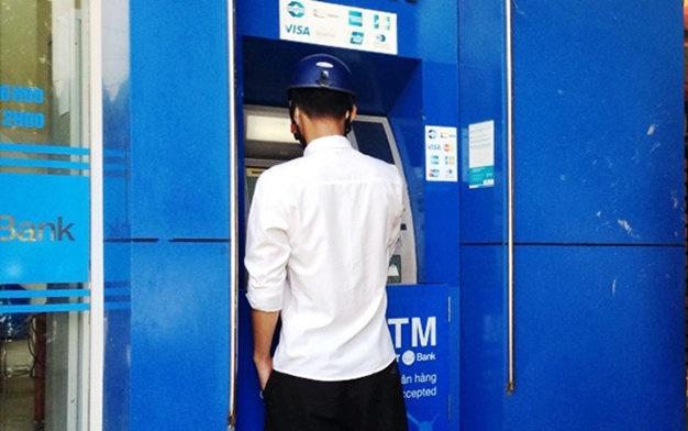 Lam sao de khong bi canh tu dung mat tien trong ATM? hinh anh