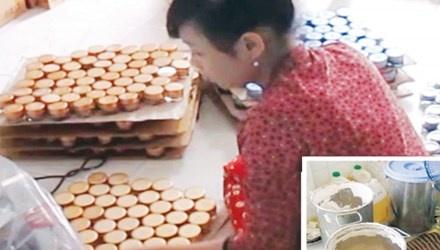 """My pham dom: Cong nghe chau, xo dan tem hang hieu hinh anh 1 Nhân viên đang đưa hỗn hợp bột mì + hóa chất+ hương liệu vào lọ để biến thành mỹ phẩm """"hàng hiệu""""."""