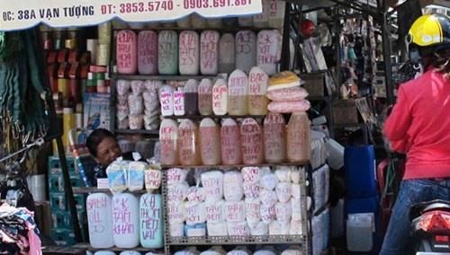 """My pham dom: Cong nghe chau, xo dan tem hang hieu hinh anh 2 Hàng loạt hóa chất chất kích trắng, những nguyên phụ liệu cần thiết để """"chế biến"""" kem được bày bán tại chợ Kim Biên."""