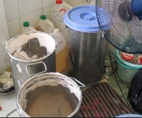My pham dom: Cong nghe chau, xo dan tem hang hieu hinh anh 3 Các loại nguyên liệu trôi nổi và hóa chất tạo màu được trộn để chế biến mỹ phẩm nhái.