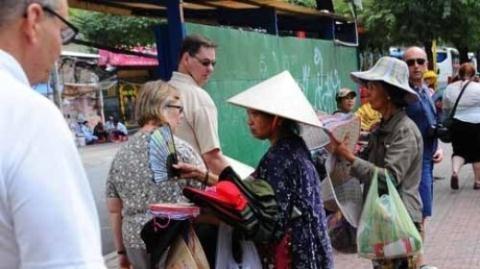 Manh tay 'chat chem': Du khach mot di khong tro lai hinh anh