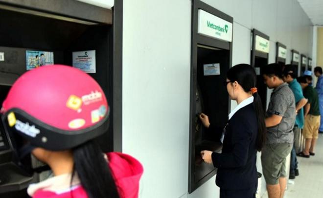 Cong nhan 'chet dung' khi rut tien ATM lai bi nuot tien hinh anh
