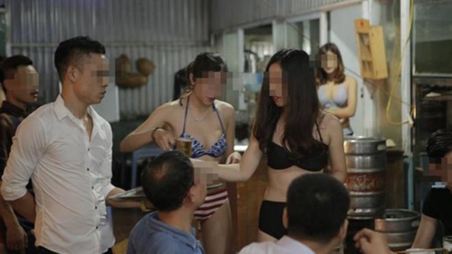 Dang xet muc phat nha hang cho nhan vien mac bikini hinh anh 1