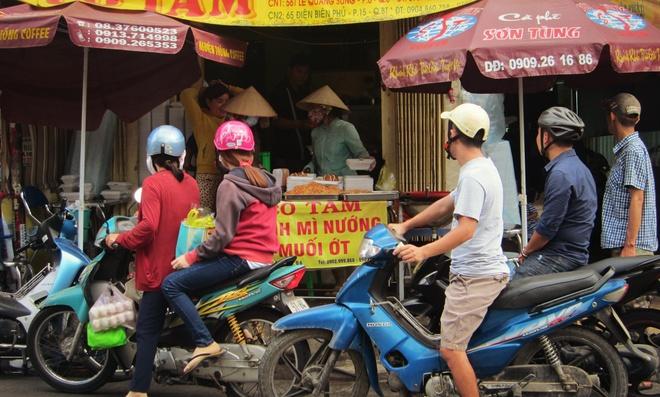 Kinh doanh banh mi nuong muoi ot Khmer no ro tai Sai Gon hinh anh 1