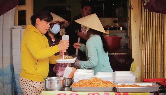 Kinh doanh banh mi nuong muoi ot Khmer no ro tai Sai Gon hinh anh 2