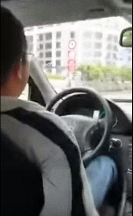 Tai xe Uber duoi khach xuong duong giua troi mua hinh anh