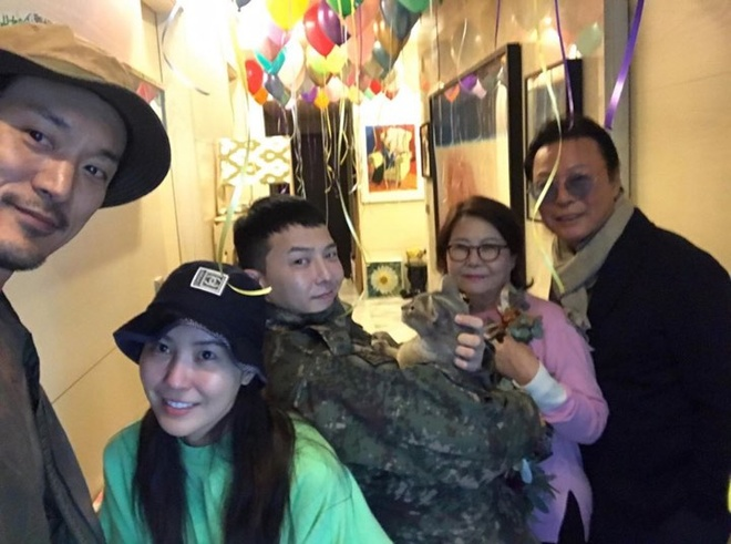 Buc anh G-Dragon tro ve trong vong tay gia dinh gay sot hinh anh 4