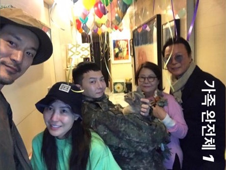 Buc anh G-Dragon tro ve trong vong tay gia dinh gay sot hinh anh 3