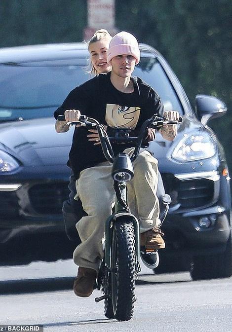 Justin Bieber va vo dap xe tren pho hinh anh 2