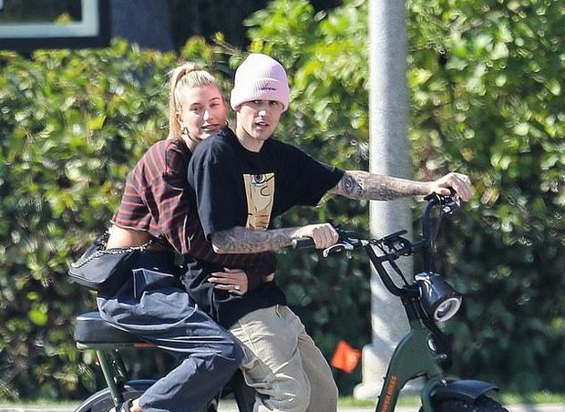Justin Bieber va vo dap xe tren pho hinh anh 4