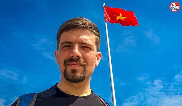 Chang trai nguoi Nga dap xe vong quanh chau A da den Vinh hinh anh 1