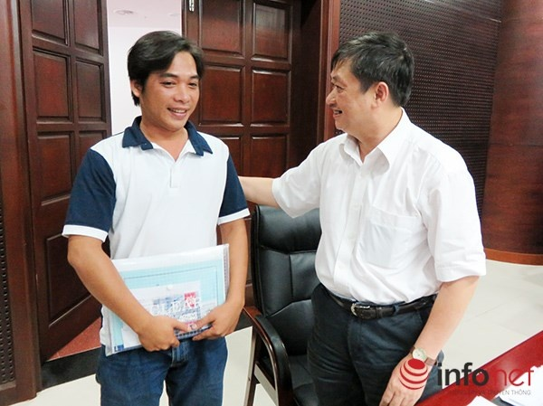 Phó Chủ tịch UBND TP Đà Nẵng Đặng Việt Dũng động viên thủy thủ Nguyễn Trần Minh An nỗ lực vì màu cờ sắc áo của Đà Nẵng, của Việt Nam (Ảnh: HC)
