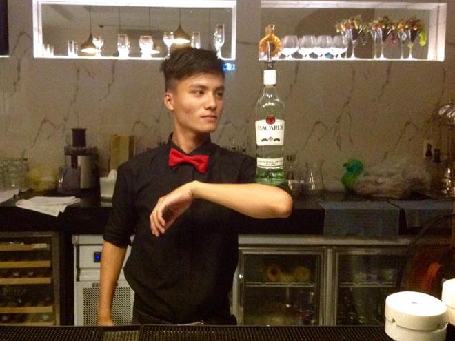 Chay mat, thuy tinh roi trung dau khi lam bartender hinh anh