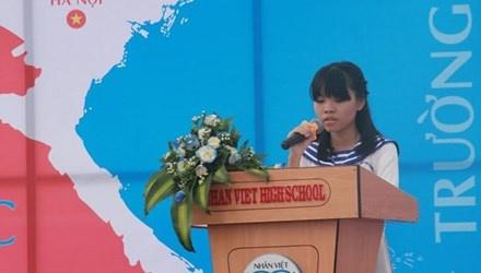 Nu sinh lop 12 ke ve me khien ca truong rot nuoc mat hinh anh 1 Hà Thị Phương Linh, học sinh lớp 12A1 trường THPT Nhân Việt, quận Tân Phú, TPHCM đã kể câu chuyện của chính bản thân em và mẹ khiến nhiều người bật khóc.