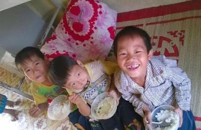 O noi 27 hoc sinh an bua com tri gia…18.000 dong hinh anh