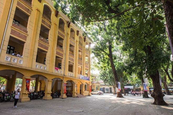 Can canh nhung ngoi truong pho thong tram nam tuoi o Ha Noi hinh anh 7 Điểm đặc biệt, ngôi trường có hai cổng đều mở ra những trục đường chính rất đẹp của Thủ đô là Phan Đình Phùng và Cửa Bắc.