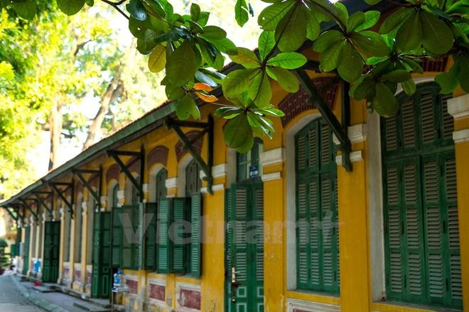 Can canh nhung ngoi truong pho thong tram nam tuoi o Ha Noi hinh anh 2 Qua nhiều năm thăng trầm, trường vẫn nằm tại số 10 Thụy Khuê (Tây Hồ) với lối kiến trúc hoa lệ và độc đáo từ thời Pháp.