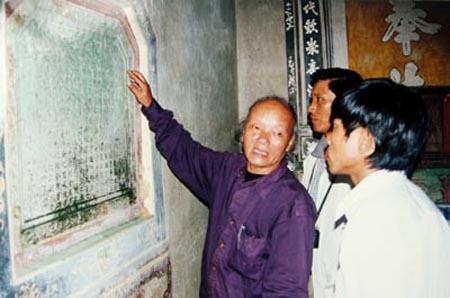 Vi giao su goi sinh vien la 'cac ong, cac ba' hinh anh 1 GS Trần Quốc Vượng khảo sát một bia ký ở chùa Quan Thánh làng Lỗ Giáng, phường Hòa Xuân, quận Cẩm Lệ. (Ảnh chụp năm 2003).