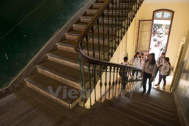 Can canh nhung ngoi truong pho thong tram nam tuoi o Ha Noi hinh anh 10 Những hàng lang cổ kính đặc trưng của ngôi trường. Những nét kiến trúc cổ xưa mà bây giờ khó có thể tìm được ở Thủ đô