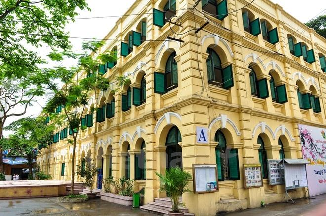 Can canh nhung ngoi truong pho thong tram nam tuoi o Ha Noi hinh anh 13 Trải qua nhiều thăng trầm, lối kiến trúc đặc trưng thời Pháp của ngôi trường vẫn được giữ gìn nguyên vẹn.
