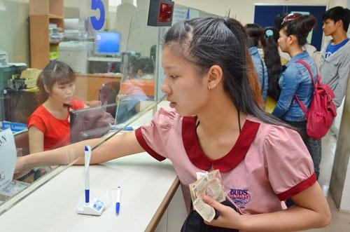 Truong dai hoc cong ruc rich tang hoc phi hinh anh 1 Sinh viên đóng học phí tại Trường ĐH Công nghiệp TP HCM Ảnh: Tấn Thạnh