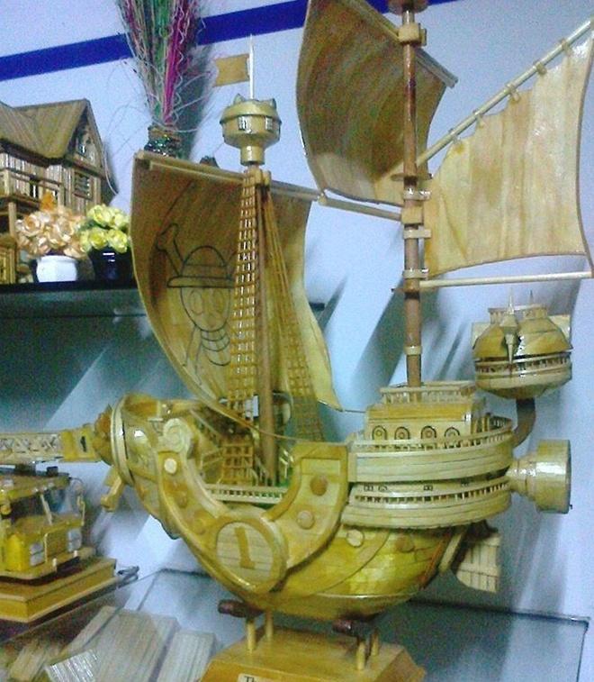 Chang canh sat 9X co biet tai lam oto, biet thu tu que kem hinh anh 4 Mô hình thuyền chiến làm bằng que kem, tăm tre của Thanh Vũ. Ảnh: NVCC