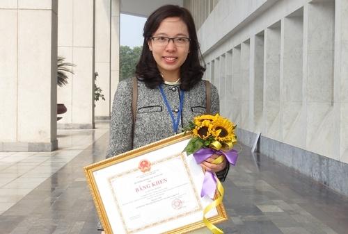 Nang Huong tri bong hinh anh 1 Niềm vui của Lê Thu Hương khi nhận giải thưởng Tài năng khoa học trẻ Việt Nam.