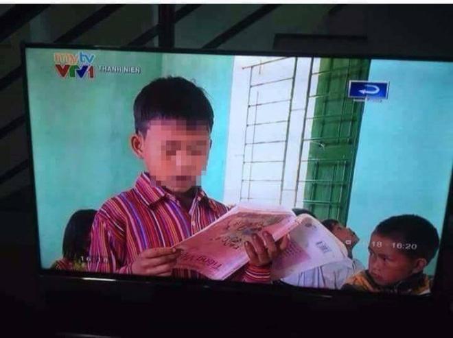 Hoc sinh doc sach nguoc: Loi dan dung hay khong biet chu? hinh anh 1