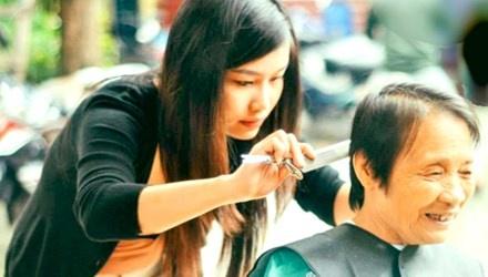 """Mai mai vi cong dong hinh anh 1 Thành viên nhóm """"The Timeless Community"""" cắt tóc miễn phí cho người già. Ảnh: C.C"""