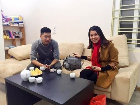 Nhung nguoi hung tren Facebook duoc dan mang nguong mo hinh anh 4 Nguyễn Tú (trái) đã trao trả chiếc túi cho chị Mai Anh