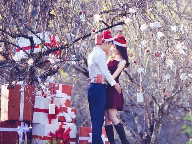 Anh cuoi Noel giua nui rung cua cap doi Ha Thanh hinh anh