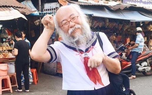 Cu ong mac vay thuy thu tren duong pho Sai Gon hinh anh