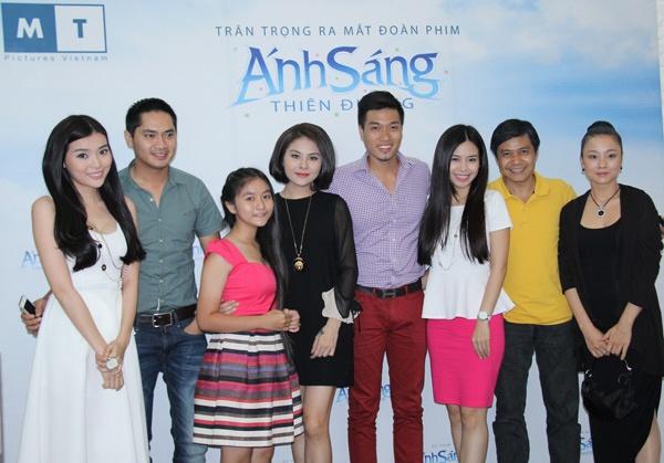 Van Trang lai dong vai ma mi, bi hiem hinh anh 5 Dàn diễn viên chính trong ngày ra mắt đoàn phim Ánh sáng thiên đường.