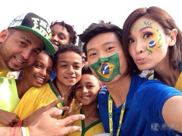Cẩu Vân Tuệ (phải) khi sang Brazil với vai trò MC cho một chương trình bóng đá World Cup của TVB.