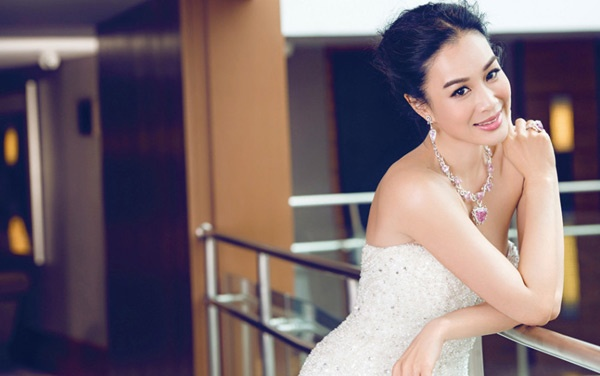 My nhan goc Viet goi cam o tuoi 44 hinh anh 1 Mặc dù đã qua 2 lần đò, song Chung Lệ Đề vẫn tin vào tình yêu chân thành, sẵn sàng yêu và sẵn sàng cưới nếu gặp được người đàn ông mang lại hạnh phúc cho mình. Với quan niệm sống tích cực này, cô đã trở thành gương mặt tiêu biểu của tháng 7 trên Darizi - tạo chí áo cưới danh tiếng Trung Quốc.