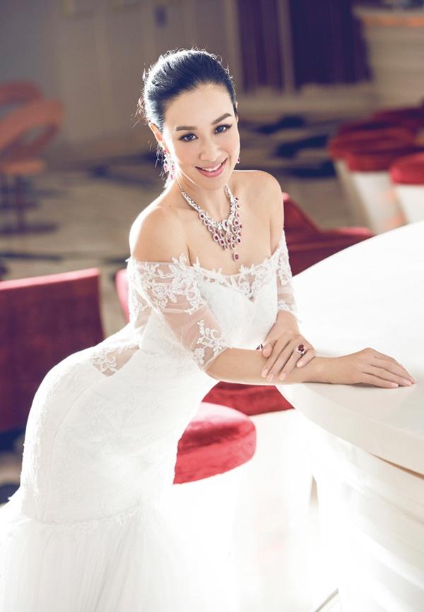 My nhan goc Viet goi cam o tuoi 44 hinh anh 4 Năm 1998, Chung Lệ Đề kết hôn lần đầu tiên với người chồng ngoại quốc Glen Ross, có một con gái Yasmine Ross. Cuộc hôn này không duy trì đươc lâu bền nên năm 2002, 2 người chia tay. Sau đó cô gặp, yêu, rồi làm thủ tục kết hôn lần 2 với nhạc sĩ Đài Loan Nghiêm Tranh vào năm 2004, có 2 con gái và ly hôn năm 2011.