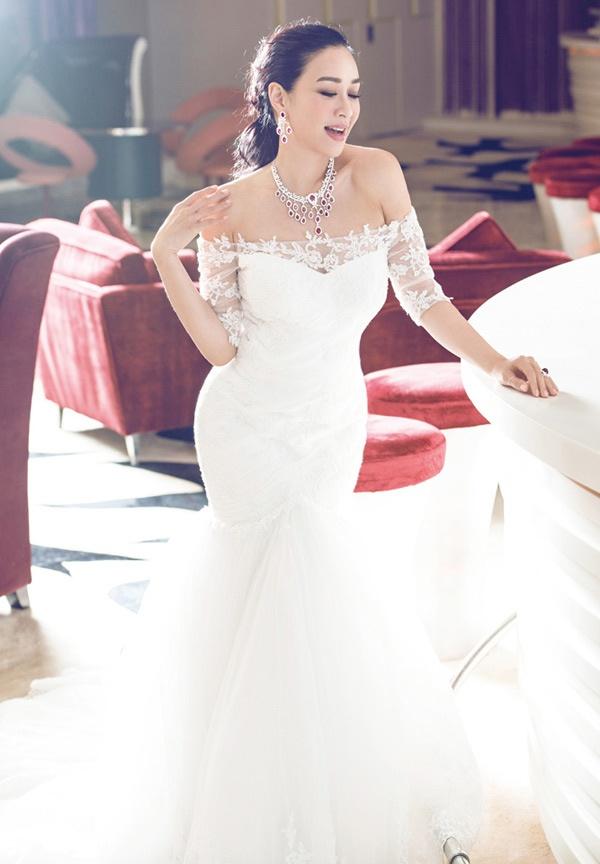 Vì nhiều nguyên do nên tuy 2 lần lấy chồng, Chung Lệ Đề không được mặc áo cưới. Do vậy, mỗi khi được mời giới thiệu những bộ trang phục đặc biệt này, mỹ nhân sinh năm mang 2 dòng máu Trung - Việt luôn cảm thấy bồi hồi, xúc động.