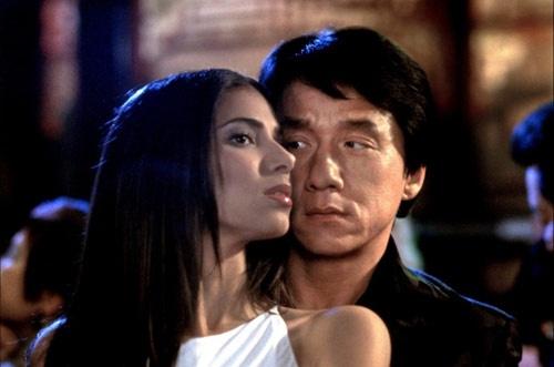 """Nhung sao Hoa ngu loi dung ban dien bang canh hon hinh anh 1 Trong phim Giờ cao điểm 2 (2001), không chỉ có nhân vật của Thành Long say mê vai diễn do Roselyn Sanchez thể hiện, mà chính anh cũng bị mỹ nhân cuốn hút nên đề nghị đạo diễn Brett Ratner cho thêm một cảnh hôn cháy màn ảnh với người đẹp. Tuy nhiên, """"lời đề nghị khiếm nhã"""" này đã bị từ chối nên trên màn ảnh, Thành Long chỉ được Roselyn Sanchez hôn từ biệt."""