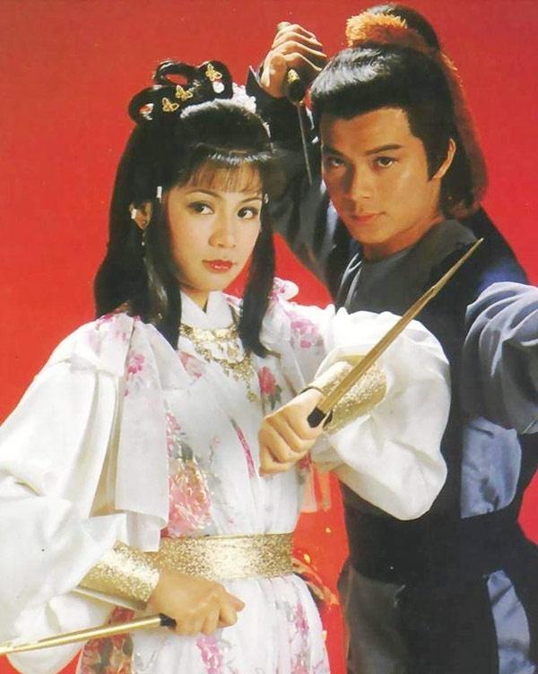 Quách Tĩnh và Hoàng Dung - 2 nhân vật rất được độc giả yêu thích trong tiểu thuyết Anh hùng xạ điêu của nhà văn võ hiệp Kim Dung đã được tái hiện sinh động trong bộ phim TVB cùng tên ra mắt vào năm 1983. Mặc dù kỹ xảo lúc bấy giờ còn thô sơ nhưng tài năng của Huỳnh Nhật Hoa (vai Quách Tĩnh), Ông Mỹ Linh (vai Hoàng Dung), Dương Khang (Miêu Kiều Vỹ)… đã đưa tác phẩm này khắc sâu vào ký ức khán giả.