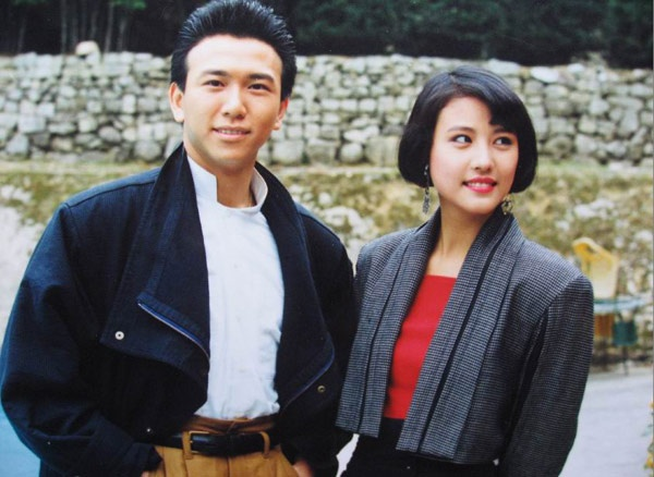 """10 bo phim khong the quen tren man anh TVB hinh anh 2 Nếu Bến Thượng Hải mở đầu đầy huy hoàng thì bộ phim Nghĩa bất dung tình đã đóng lại thập niên 80 một cách ấn tượng. Lên sóng năm 1989, câu chuyện 2 anh em ruột Đinh Hữu Kiện (Huỳnh Nhật Hoa đóng) và Đinh Hữu Khang (Ôn Triệu Luân đóng) dứt bỏ tình máu mủ, trở thành những ké thù không đội chung trời đã đưa """"vương quốc TVB"""" lên đỉnh cao của thành công. Phim còn có mặt Lưu Gia Linh, Châu Hải Mỵ, Thương Thiên Nga, Thiệu Mỹ Kỳ…"""