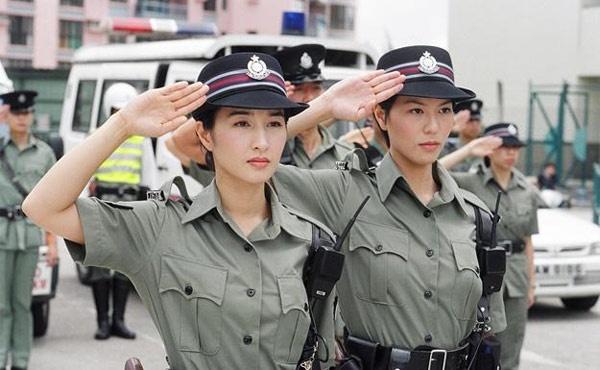 10 bo phim khong the quen tren man anh TVB hinh anh 6 Cũng như Hồ sơ trinh sát, Lực lượng phản ứng được TVB thực hiện thêm 3 phần nhờ phần đầu tiên ra mắt năm 1998 đạt rating cao kỷ lục. Qua series này, hình ảnh nữ cảnh sát đã được khắc họa chân thực và Âu Dương Chấn Hoa cùng Quan Vịnh Hà đã trở thành một đôi rất được yêu thích. Do muốn giữ lại tình cảm của khán giả, không thích diễn lại một vai nên ở 2 phần sau, Quan Vịnh Hà vắng mặt, thay vào đó là Thái Thiếu Phân.