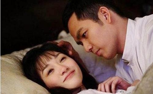 Chuyện tình giữa thời chiến trong bộ phim Quá trễ để nói yêu em (2010) do Chung Hán Lương và Lý Tiểu Nhiễm đảm nhận vai chính được khán giả đếm có đến 8 cảnh hôn, chiếm đến 45 phút.